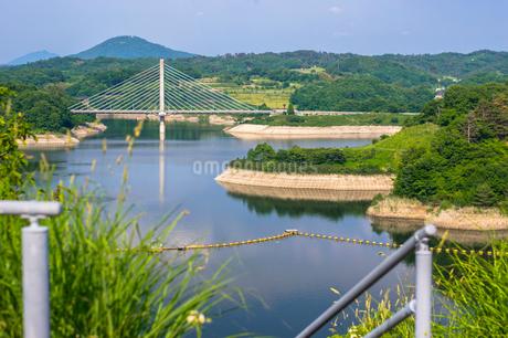 三春ダムと春日大橋の写真素材 [FYI01265927]