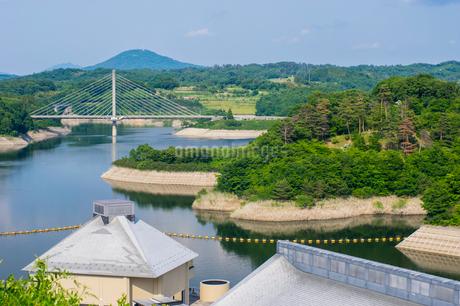 三春ダムと春日大橋の写真素材 [FYI01265931]