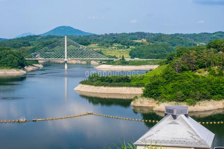 三春ダムと春日大橋の写真素材 [FYI01265932]