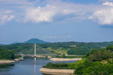 三春ダムと春日大橋の写真素材 [FYI01265934]