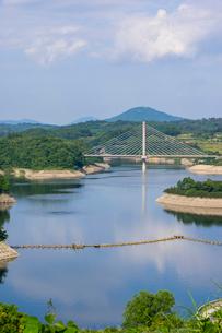 三春ダムと春日大橋の写真素材 [FYI01265935]