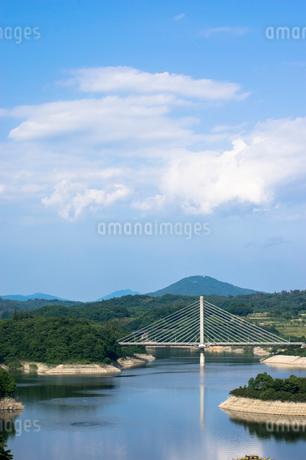三春ダムと春日大橋の写真素材 [FYI01265936]