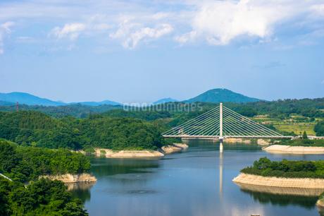 三春ダムと春日大橋の写真素材 [FYI01265937]