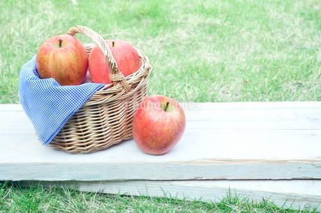 かごに入った複数のりんごの写真素材 [FYI01265978]