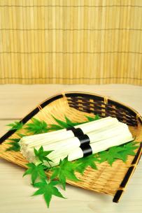 ザルに入った素麺の束の写真素材 [FYI01265979]