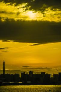 横浜スカイウォークから見える横浜みなとみらいの夕景の写真素材 [FYI01266002]