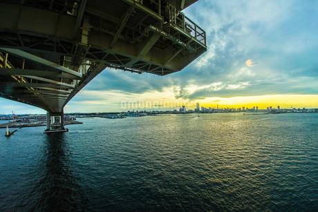 横浜スカイウォークから見える横浜ベイブリッジの写真素材 [FYI01266008]