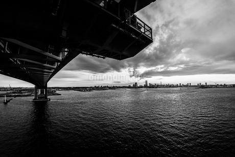 横浜スカイウォークから見える横浜ベイブリッジの写真素材 [FYI01266009]
