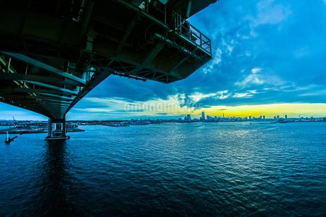 横浜スカイウォークから見える横浜ベイブリッジの写真素材 [FYI01266010]