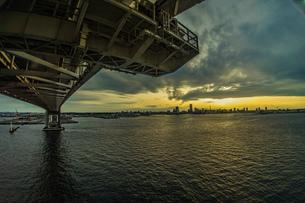 横浜スカイウォークから見える横浜ベイブリッジの写真素材 [FYI01266011]
