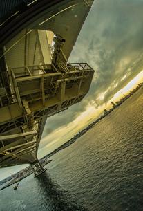 横浜スカイウォークから見える横浜ベイブリッジの写真素材 [FYI01266012]