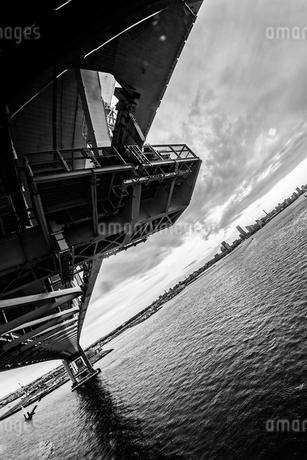 横浜スカイウォークから見える横浜ベイブリッジの写真素材 [FYI01266013]