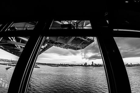 横浜スカイウォークから見える横浜ベイブリッジの写真素材 [FYI01266014]