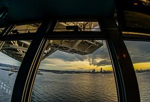 横浜スカイウォークから見える横浜ベイブリッジの写真素材 [FYI01266015]