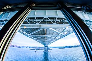 横浜スカイウォークから見える横浜ベイブリッジの写真素材 [FYI01266016]