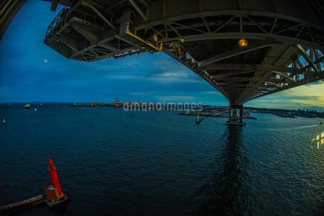 横浜スカイウォークから見える横浜ベイブリッジの写真素材 [FYI01266017]