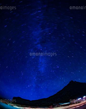 アイスランドの雪山と星空の写真素材 [FYI01266045]