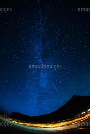アイスランドの雪山と星空の写真素材 [FYI01266047]