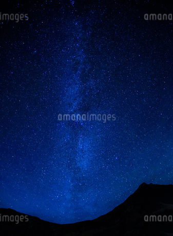 アイスランドの雪山と星空の写真素材 [FYI01266048]