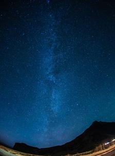アイスランドの雪山と星空の写真素材 [FYI01266049]