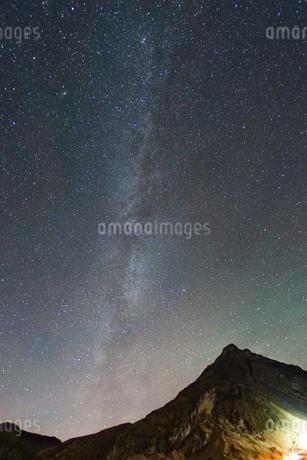 アイスランドの雪山と星空の写真素材 [FYI01266050]