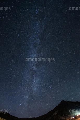 アイスランドの雪山と星空の写真素材 [FYI01266051]