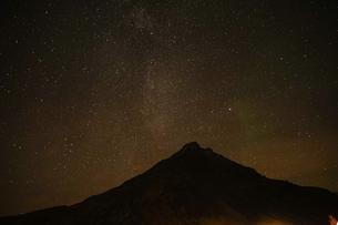 アイスランドの雪山と星空の写真素材 [FYI01266052]