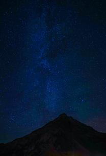 アイスランドの雪山と星空の写真素材 [FYI01266055]