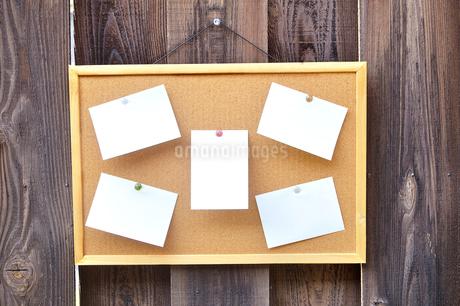 コルクボードに貼った複数のメモの写真素材 [FYI01266309]