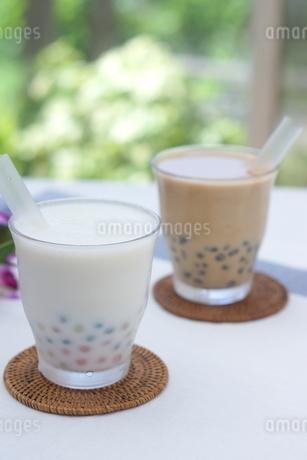 タピオカココナッツミルクとミルクティーの写真素材 [FYI01266332]