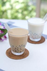 タピオカミルクティーとココナッツミルクの写真素材 [FYI01266335]