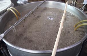二酸化炭素を発生する泡盛の発酵過程の写真素材 [FYI01266343]