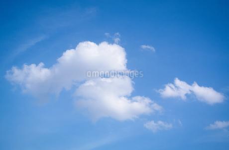青い空と白い雲の写真素材 [FYI01266351]