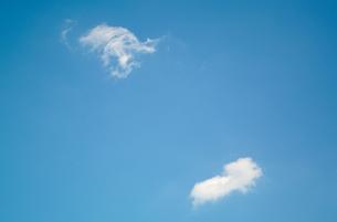 青空に浮かぶ2つの白い雲の写真素材 [FYI01266366]