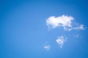 青い空に浮かぶ雲と小さな機影の写真素材 [FYI01266367]