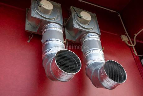飲食店の外にある排気ダクトの写真素材 [FYI01266394]
