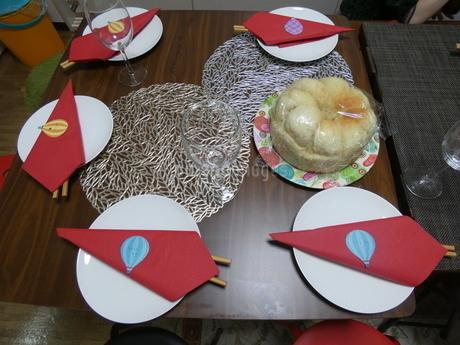 パンとダイニングテーブルの写真素材 [FYI01266418]