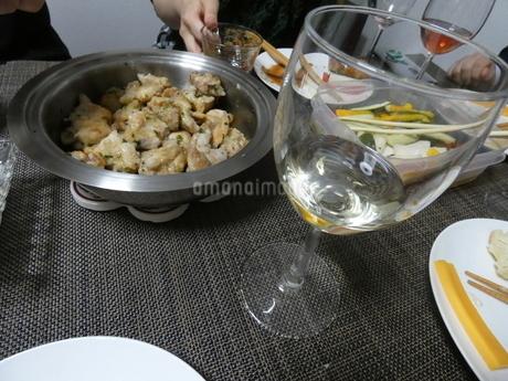 ワイングラスと鶏肉の写真素材 [FYI01266430]