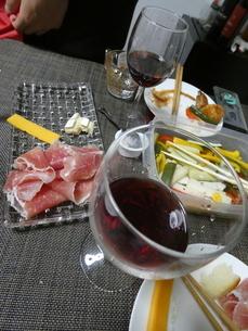 ワインと生ハムの写真素材 [FYI01266436]