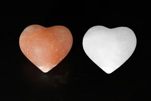 ハート型の岩塩の写真素材 [FYI01266450]