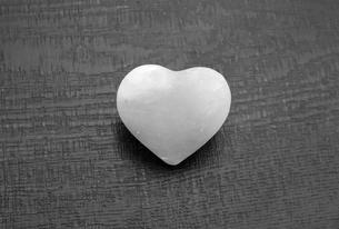 ハート型の岩塩の写真素材 [FYI01266451]