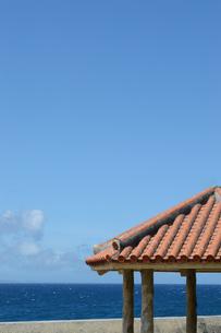 晴天の青空と青い海と沖縄の赤瓦屋根の東屋の写真素材 [FYI01266485]