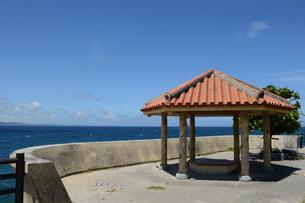 晴天の青空と青い海と沖縄の赤瓦屋根の東屋の写真素材 [FYI01266487]