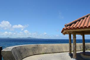 晴天の青空と青い海と沖縄の赤瓦屋根の東屋の写真素材 [FYI01266488]