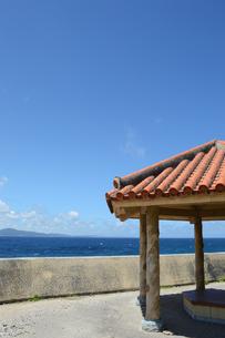 晴天の青空と青い海と沖縄の赤瓦屋根の東屋の写真素材 [FYI01266489]