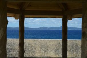 休憩所越しに見える青い海と島の写真素材 [FYI01266490]