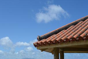 沖縄の赤瓦屋根と青空の写真素材 [FYI01266499]