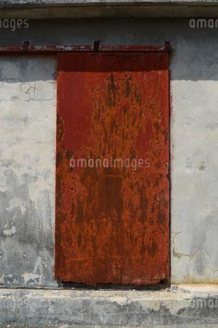 古いレトロな赤錆びた鉄の扉の写真素材 [FYI01266574]