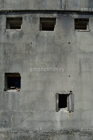 古いコンクリートの壁に穴が空いているの写真素材 [FYI01266589]