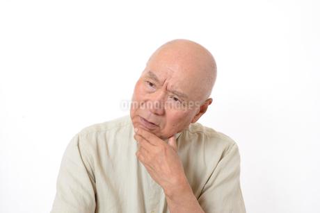 シニアの悩んだ顔の写真素材 [FYI01266606]